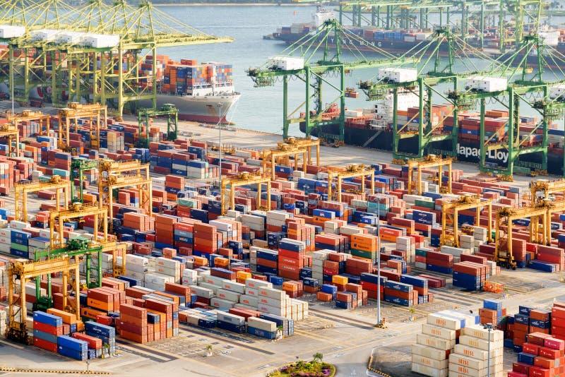 Containerterminal bij de Haven van Singapore Gedokte vrachtschepen stock foto's