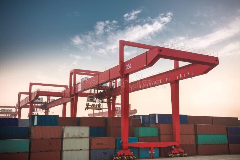 Containerterminal an der Dämmerung lizenzfreie stockfotos