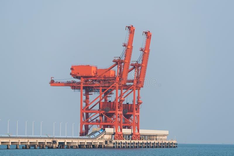 Containerterminal an der Dämmerung lizenzfreie stockbilder
