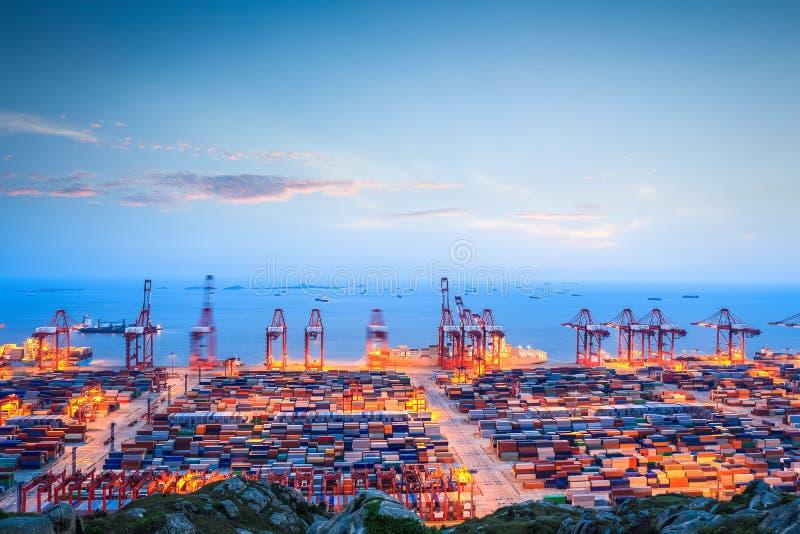 Containerterminal in schemering royalty-vrije stock foto's