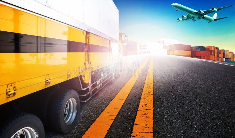 Containervrachtwagen en vrachtvrachtvliegtuig die over schipwerf FO vliegen royalty-vrije stock afbeelding