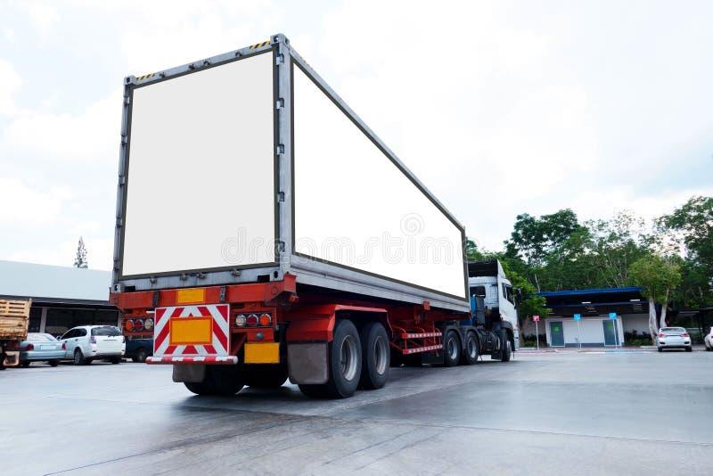 Containervrachtwagens Logistisch door Ladingsvrachtwagen op de weg Leeg wit aanplakbord Lege ruimte voor tekst en beelden royalty-vrije stock foto's