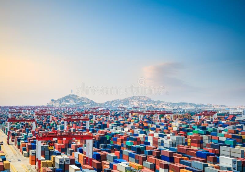 Containerwerf bij schemer stock afbeeldingen