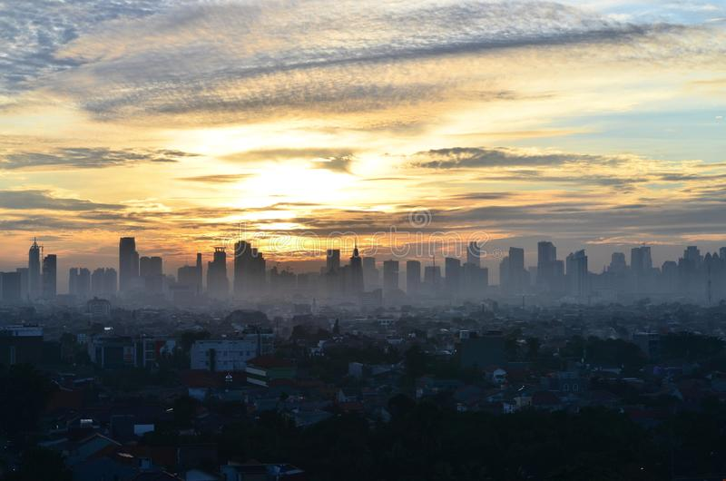 Contaminación atmosférica de Jakarta durante la salida del sol, Indonesia foto de archivo libre de regalías