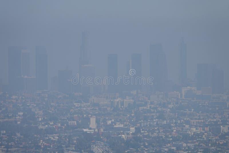 Contaminación atmosférica de la niebla con humo en Los Angeles, CA céntrico durante un día de verano imágenes de archivo libres de regalías