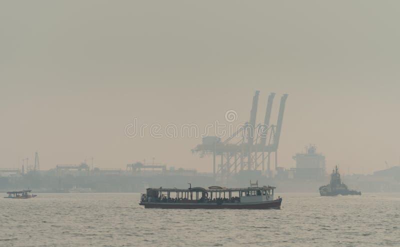 Contaminación atmosférica en el embarcadero Mala calidad del aire llenada de causas del polvo de enfermedades respiratorias Calen foto de archivo libre de regalías