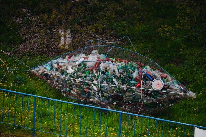 Contaminación - basura plástica recogida del río de Somes, Cluj Napoca fotos de archivo