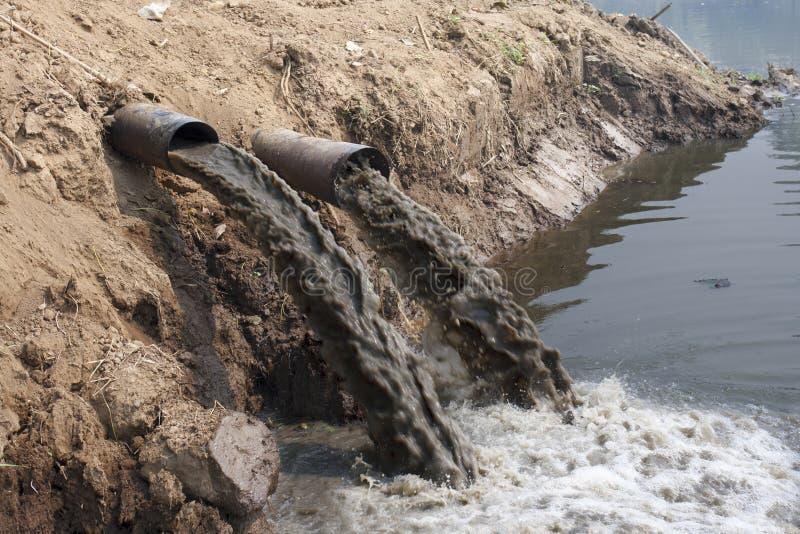 Contaminación de agua en el río imágenes de archivo libres de regalías