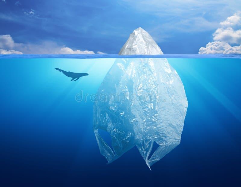 Contaminación del ambiente de la bolsa de plástico con el iceberg imagenes de archivo