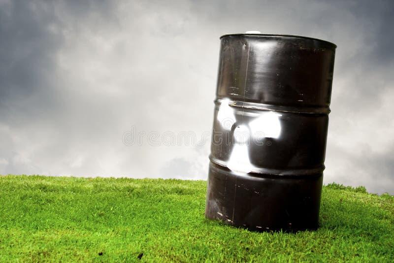 Contaminación del barril del tambor en hierba imagen de archivo