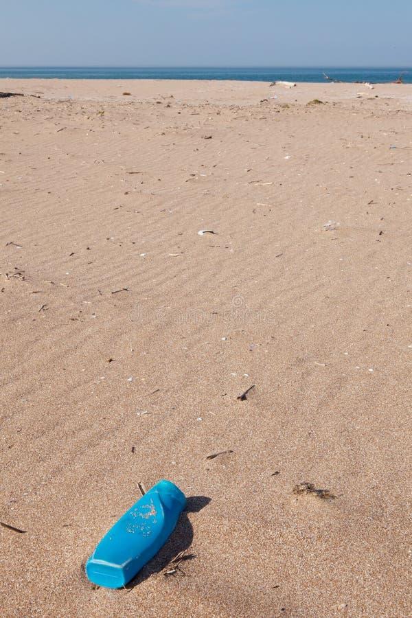 Contaminación - el plástico puede en la playa fotografía de archivo