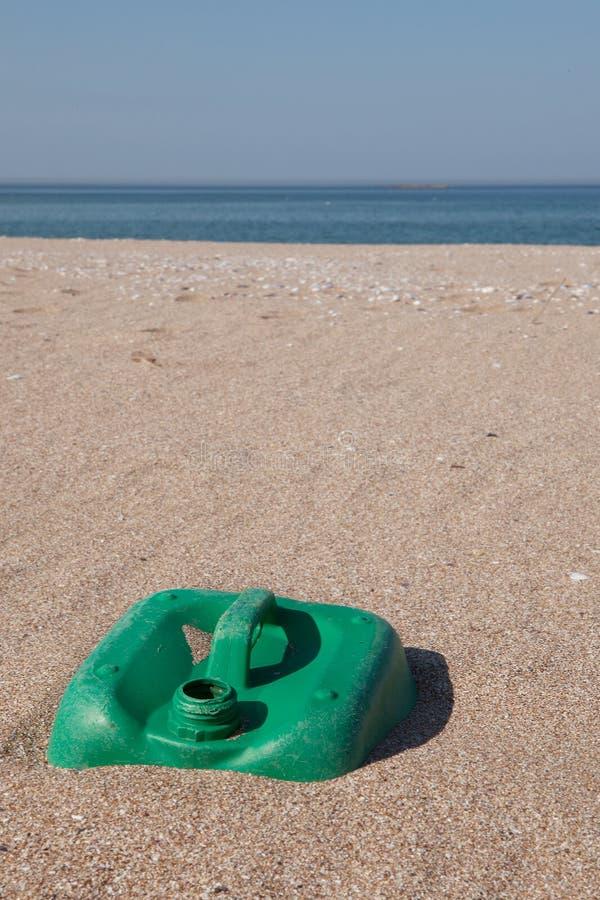 Contaminación - Jerry Can plástico en la playa foto de archivo