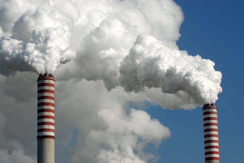 Contaminación que viene de las chimeneas imágenes de archivo libres de regalías