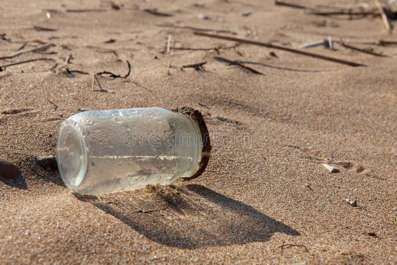 Contaminación - tarro en la playa fotos de archivo libres de regalías