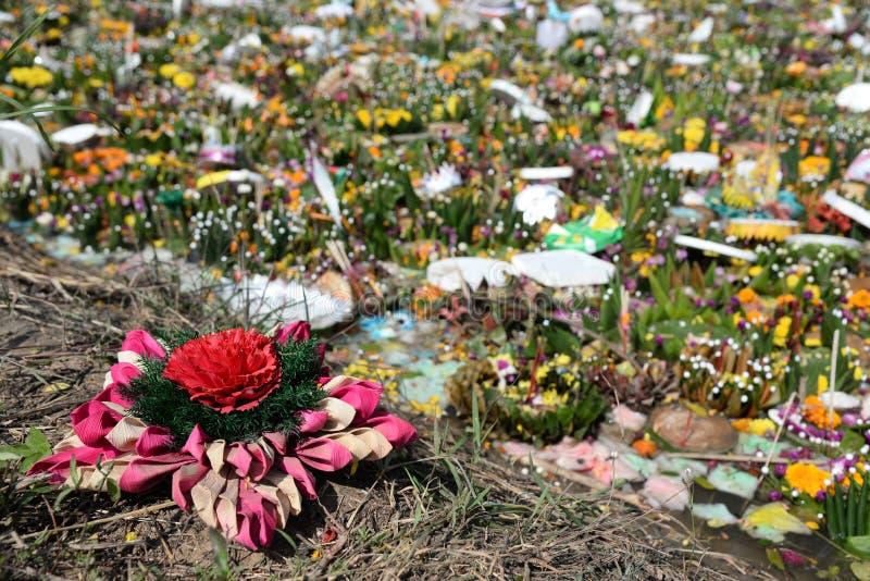 Contaminaci?n de agua en el r?o rural despu?s de Loy Krathong Festival en Tailandia basura por la contaminaci?n del ambiente de l foto de archivo libre de regalías