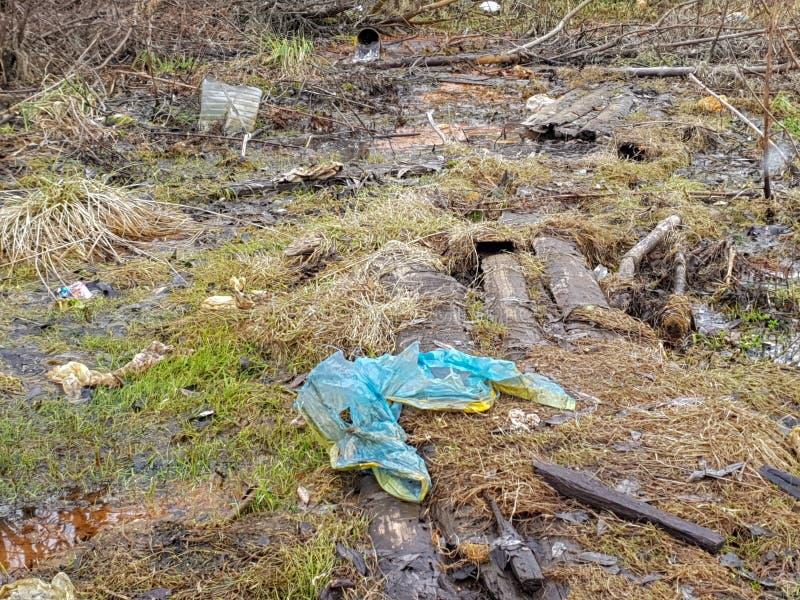 Contaminaci?n de la tierra del planeta Basura en la tierra imágenes de archivo libres de regalías