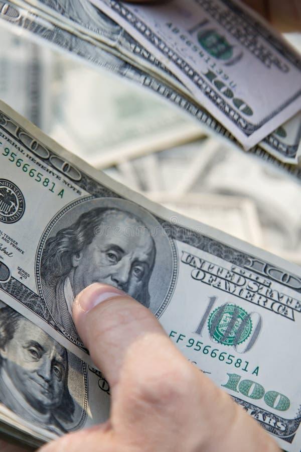 Contando 100 contas de dólar, EUA imagens de stock royalty free