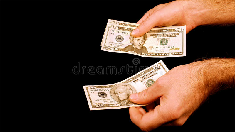 Contando contas de dólares do dinheiro do dinheiro nas mãos foto de stock royalty free