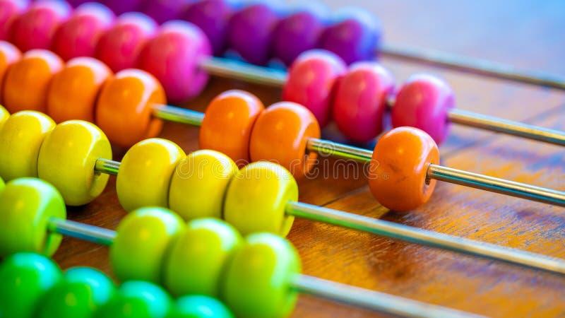 Contando um ábaco colorido dos grânulos foto de stock royalty free