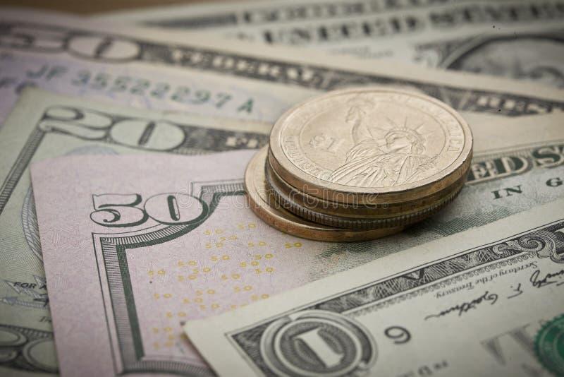 Contant geld: Bankbiljetten en muntstukken stock foto's