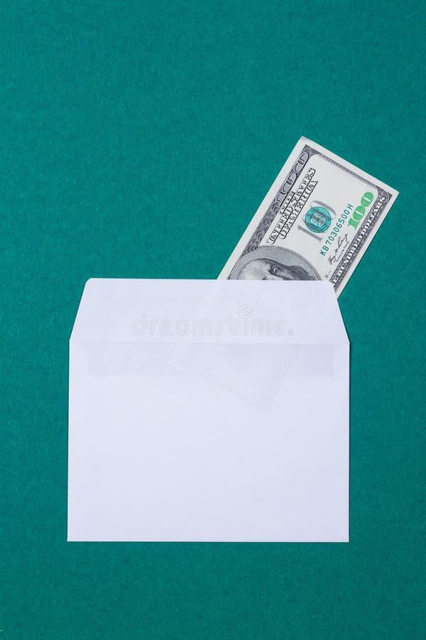 Contant geld in een envelop stock afbeeldingen