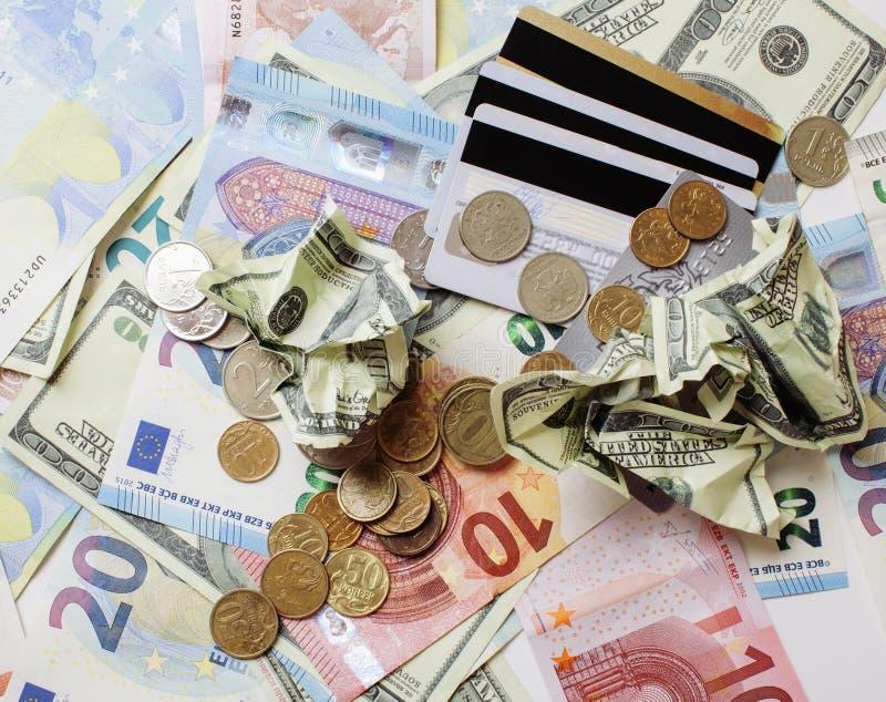 Contant geld op lijst: dollars, euro, rubl gebroken geld Allen knoeien binnen, globaal crisisconcept stock afbeeldingen