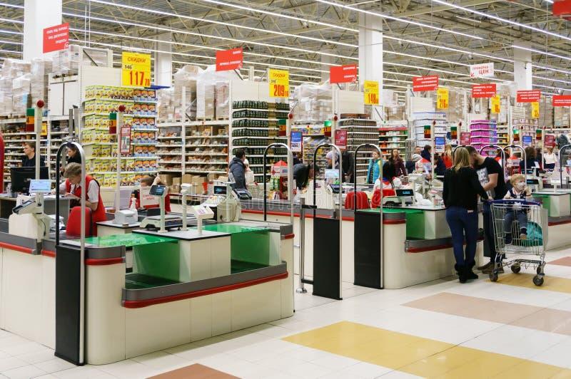 Contant geldpunt in Auchan-hypermarket royalty-vrije stock fotografie