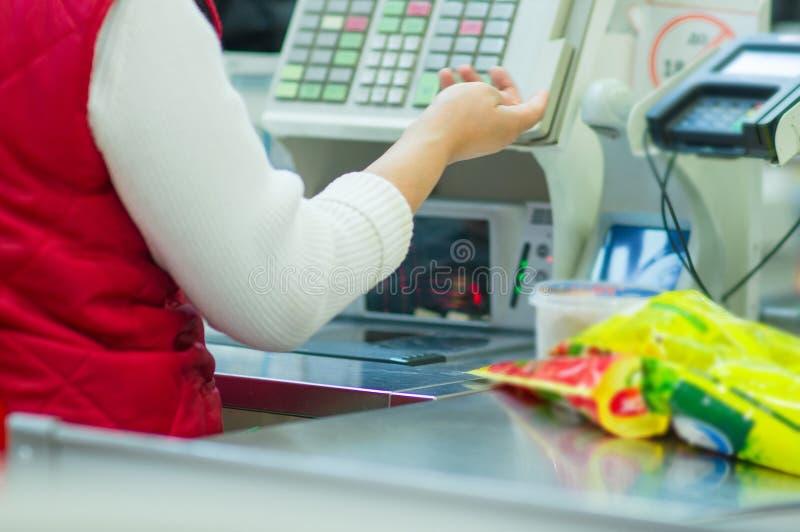 Contante-scrittorio con il cassiere e terminale in negozio fotografia stock libera da diritti