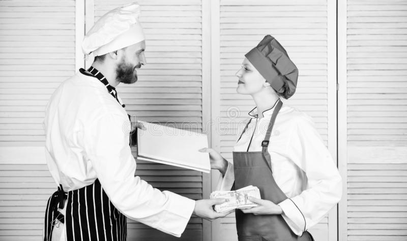 Contanti disponibili Libro contabile e denaro contante matrici della tenuta dell'assistente e del cuoco Cucini l'assistente che d fotografia stock