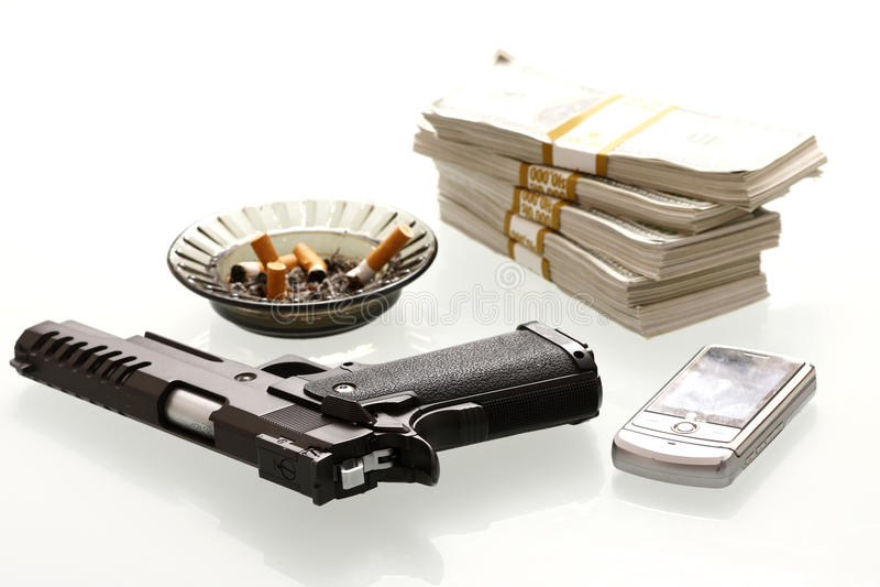 Contanti e pistola immagine stock libera da diritti