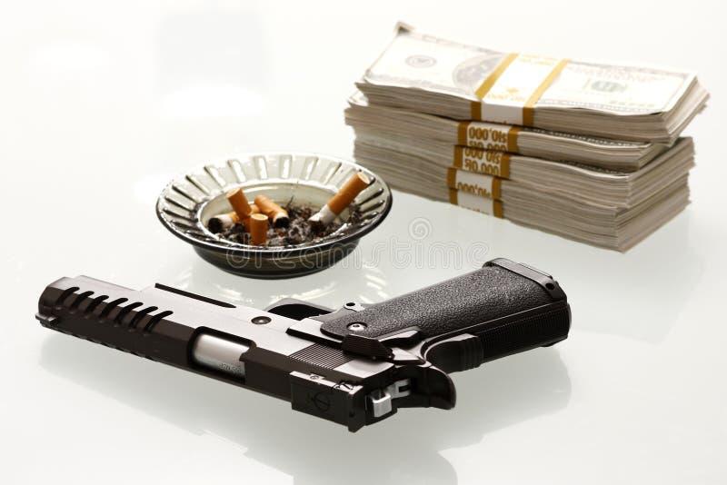 Contanti e pistola immagine stock