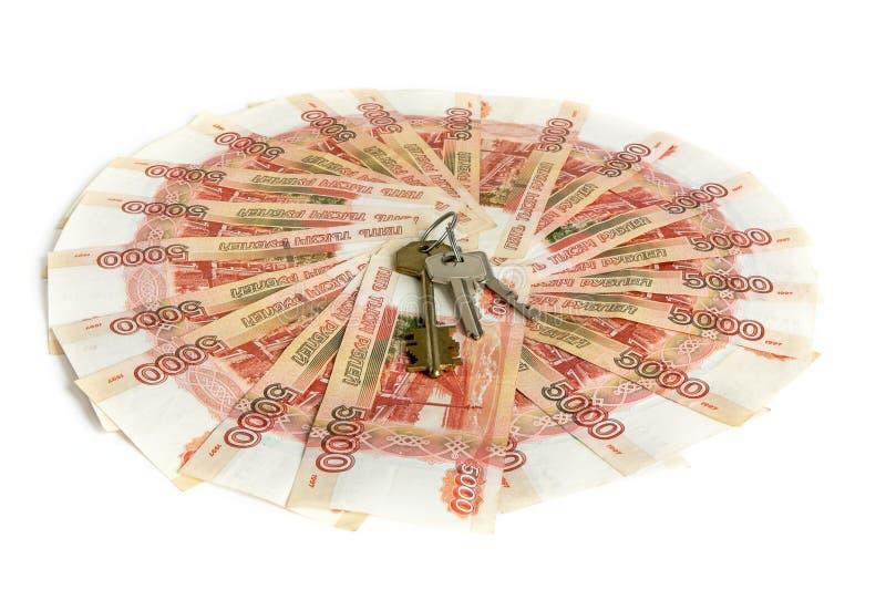 Contanti su priorità bassa bianca Le chiavi all'appartamento sui soldi Fatture 5 mila rubli, diffusione fuori come un fan immagine stock libera da diritti
