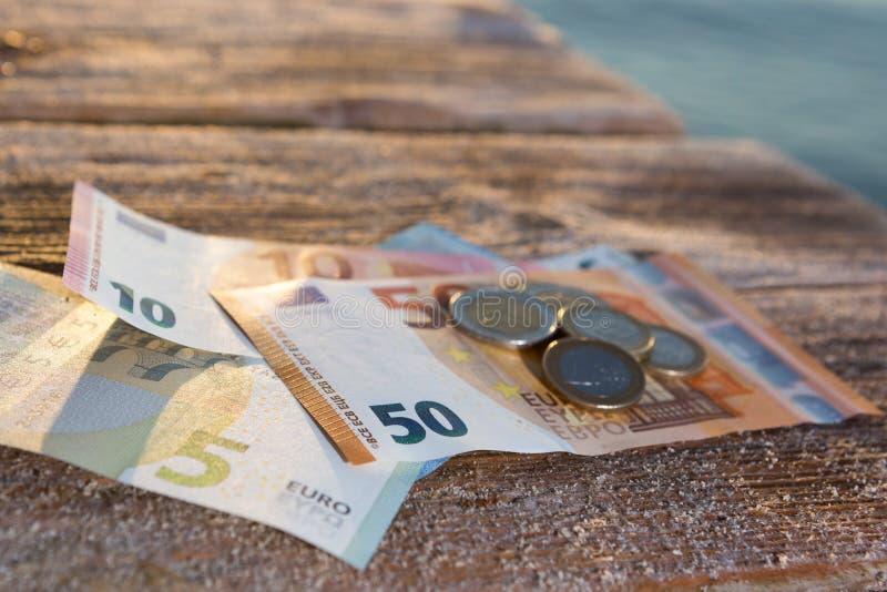 Contas do Euro e moedas - dinheiro do dinheiro fotos de stock royalty free