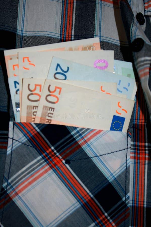 Contas dos Euros no bolso fotografia de stock