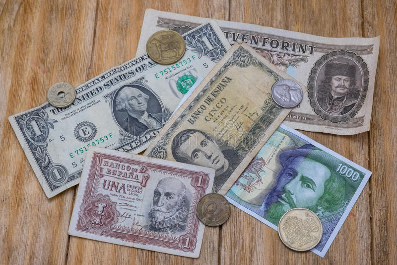 Contas e moedas de peseta espanholas, de dólar e da forint húngara fotos de stock royalty free
