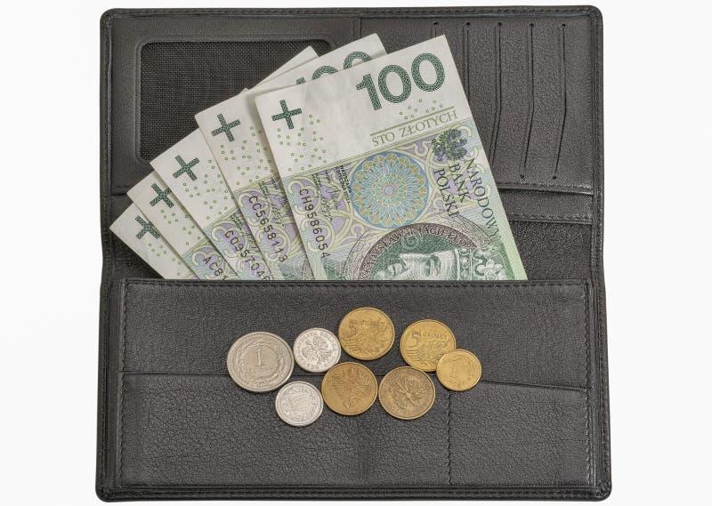 Contas e moedas polonesas do zloty na carteira isolada no branco imagem de stock royalty free