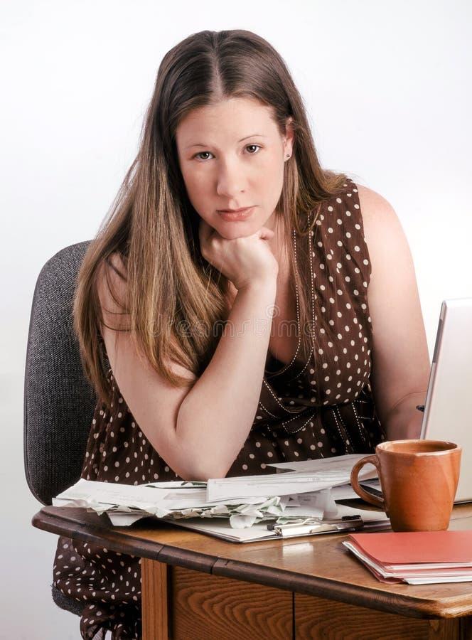 Contas pagando da jovem mulher grávida segura fotografia de stock royalty free
