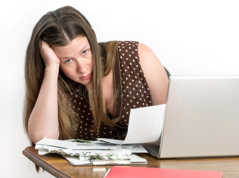 Contas pagando da mulher bonito e leitura de indicações de banco fotografia de stock royalty free