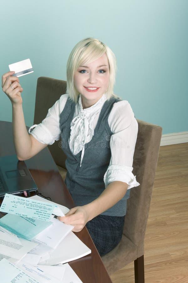 Contas pagando de mulher nova cartão de crédito de utilização em linha foto de stock royalty free
