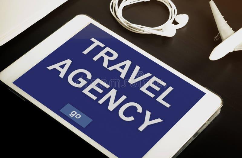 Contato em linha da agência de viagens agora em seus tabuleta ou dispositivos móveis imagem de stock