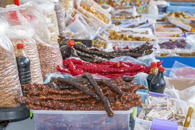 Contatore con i vari dolci e dadi saporiti nel bazar fotografia stock