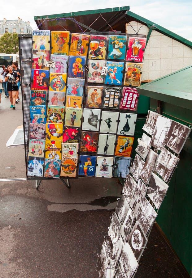 Contatore del negozio di ricordo di Parigi con le cartoline variopinte immagine stock libera da diritti