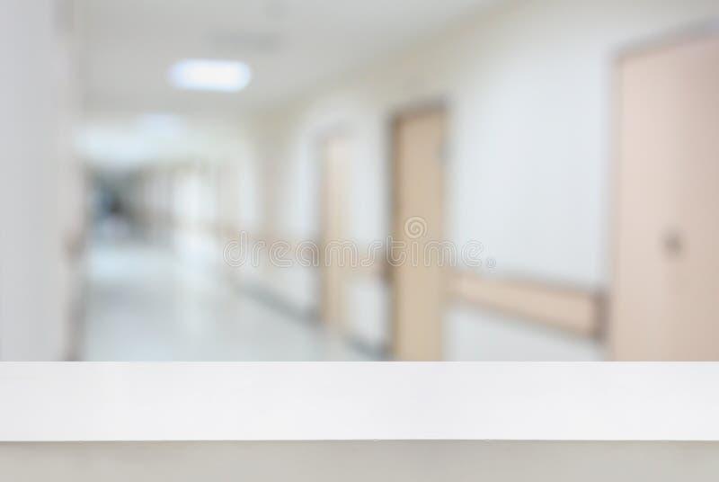 contatore della tavola con il fondo interno del corridoio dell'ospedale fotografia stock libera da diritti