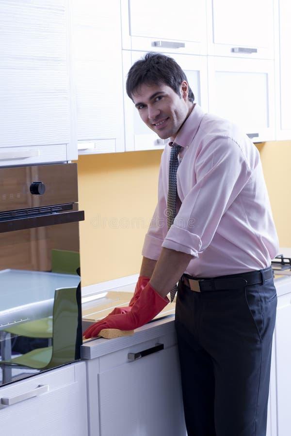 Contatore di cucina di pulizia dell'uomo fotografia stock libera da diritti