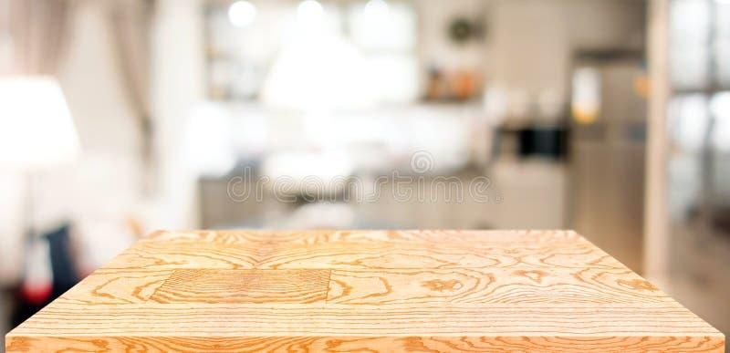 Contatore di legno della tavola di prospettiva in cucina Ripiano del tavolo di legno vuoto con il fondo domestico vago della cuci fotografia stock
