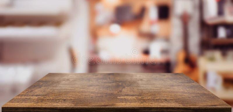 Contatore di legno della tavola di prospettiva in Ministero degli Interni Ripiano del tavolo di legno vuoto con il fondo vago del immagine stock libera da diritti