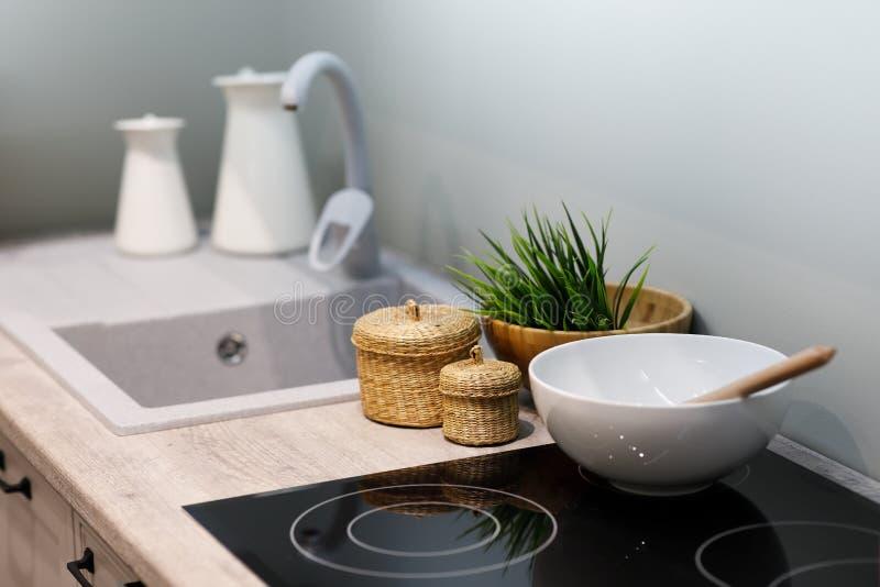 Contatore moderno di cucina con piano di cottura elettrico in vetro fotografia stock