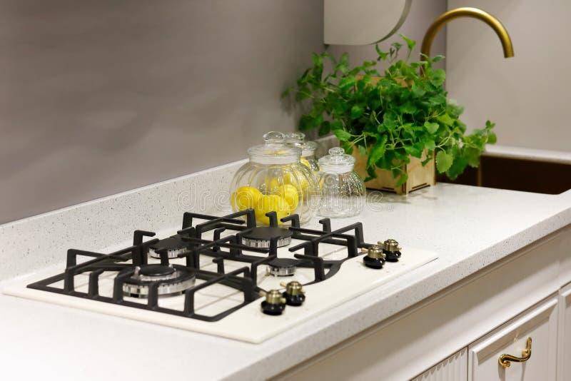 Contatore moderno per cucina con piano di cottura a gas integrato immagine stock