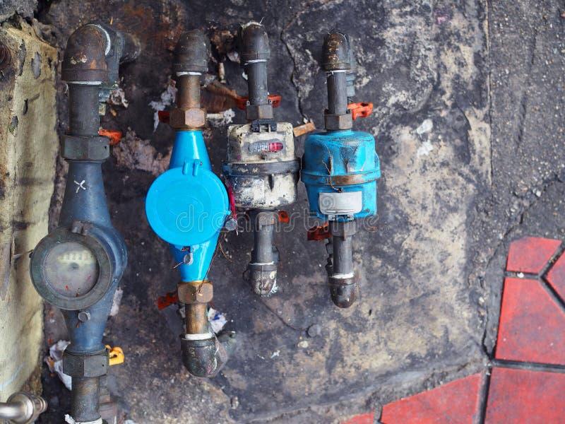 Contatore per acqua pubblico e conduttura, vecchio sporco macchiati fotografia stock libera da diritti