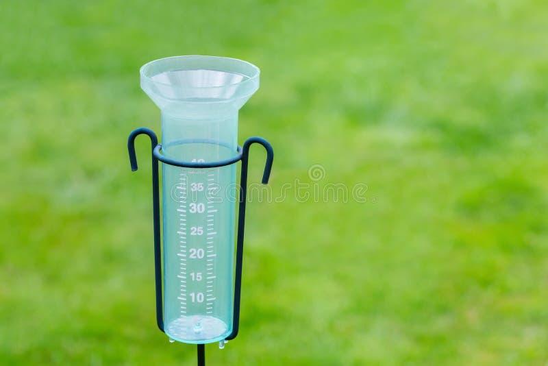 Contatore per acqua vuoto con il fondo dell'erba fotografia stock libera da diritti